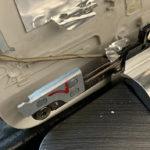 Bild 1: Nach Abnahme des Frontrahmens sichtbar: Der defekte Displaydeckel. Hinten sieht man die Stelle an der die Aufnahme der Scharnierverschraubung abgebrochen ist. Dasselbe Bild ergab sich auch beim Scharnier auf der anderen Seite.